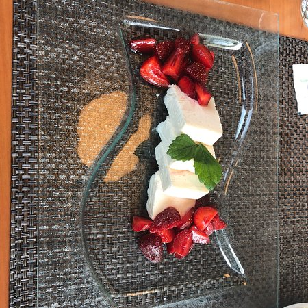 Neuberg, Alemania: Vanilleparfait mit Erdbeeren und Creme brulee mit Erdbeerkompott, sehr fein!!