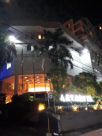 Aryaduta Manado: Hotel tampak depan malam hari