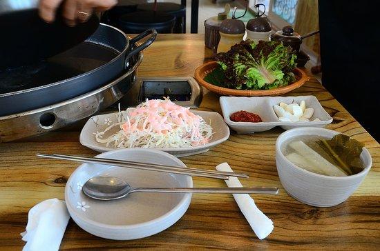 Kim Yujeongyeok Chicken Ribs: 小菜+冷湯及生菜葉