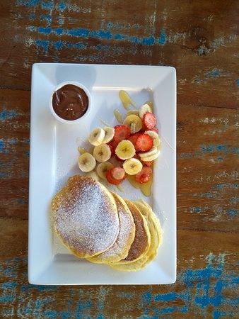 Cafezinho: Panquecas americanas com morango, banana e mel . Servidas aos sabados