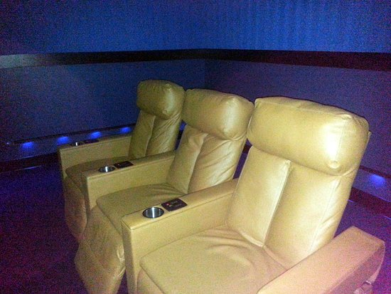 Carpentersville, IL: comfortable and roomy power reclining seats