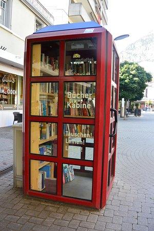 Visp, Switzerland: Библиотечная будка на улице в Виспе