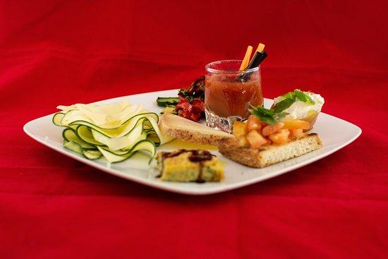 La Bona Osteria: Antipasto Vivaio accompagnato con un Bloody Mary, ideale per vegetariani e amanti delle verdure!