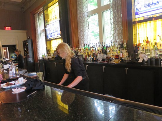 Ruth's Chris Steak House: A large inviting bar area.