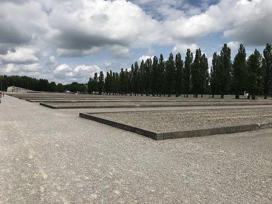 Dachau Concentration Camp Memorial Site: Vista delle fondamenta delle baracche