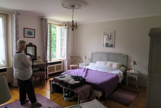 Asnieres-sur-Oise, France: Grande chambre avec vue sur jardin et lit de 160 cm.