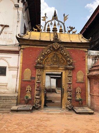 Площадь Дурбар - Бхактапур: Temple entrance