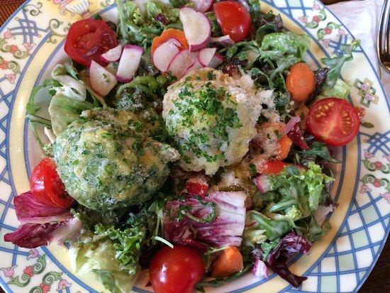 Kniebis, Deutschland: Salat mit zwei Knödeln
