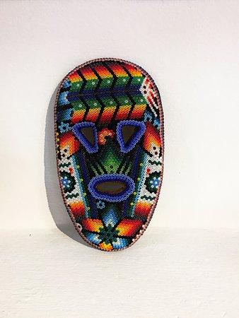 Micuari Arte & Diseno Mexicano: mascara Huichol de madera cubierta con cera de abeja y cuentas de colores