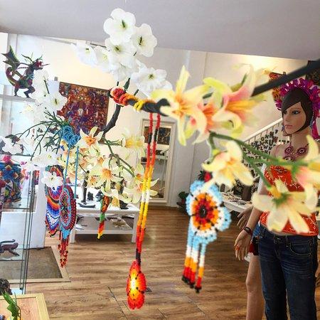 Micuari Arte & Diseno Mexicano: Collares y pendientes artesanales colgados en el escaparate