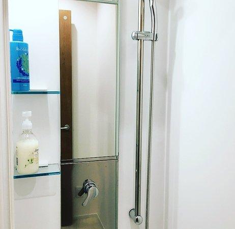 Hostel Kura: シャワールーム・Shower room