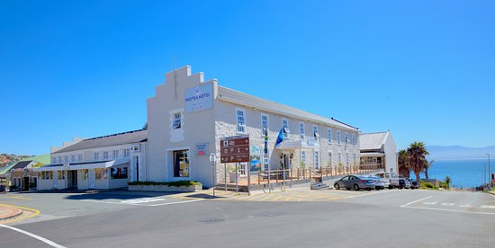 Protea Hotel by Marriott Mossel Bay: Front view of Main Building