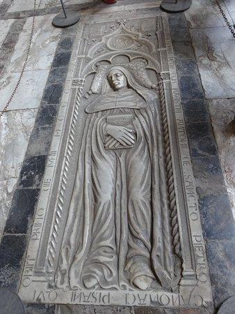 Camposanto: une tombe au sol superbe