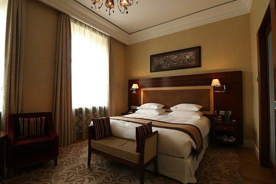 Grand Hotel Kempinski Vilnius: Room 307 - bed