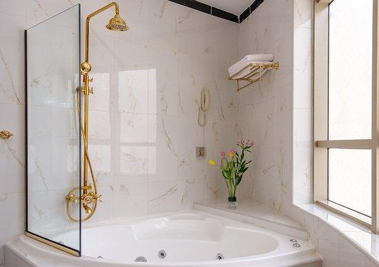 Tulip Inn Al Khan: Suite Toilet