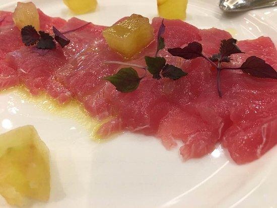 Ristorante Sandalia: Tonno marinato allo zenzero, mela croccante e spuma di formaggio e cipolla rossa