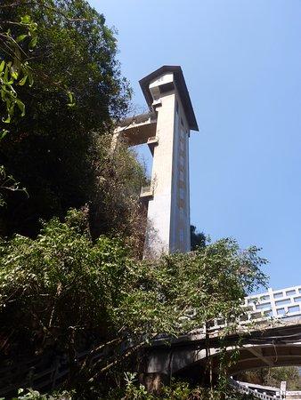Jiuxiang Scenic Region: ゲートを入ってすぐ渓谷に降りるエレベーターがあります。