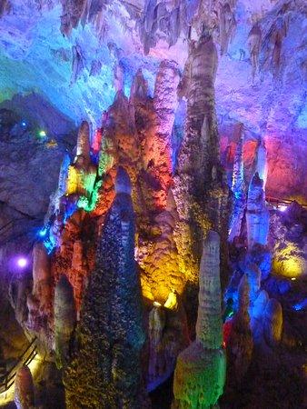 Jiuxiang Scenic Region: 洞内は広く、遊歩道はしっかり整備されていました。