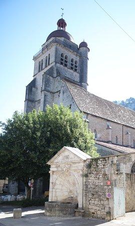 Poligny, Frankreich: Avant il y avait un cimetiére derriére cette fontaine