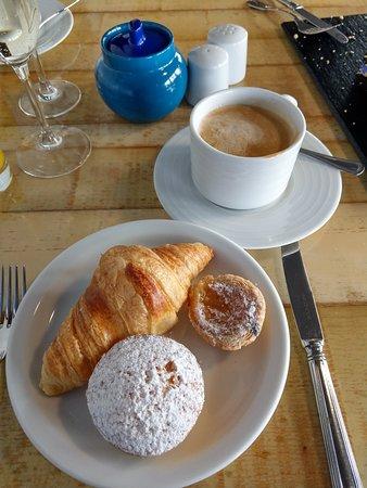 Internacional Design Hotel: Breakfast coffee and pastries.