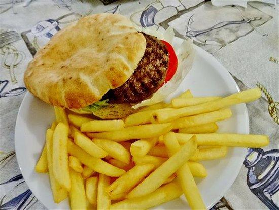 Manneken Pis Cafe: Hamburger + fries....delicious!