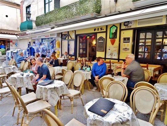 Manneken Pis Cafe: Outside dining.