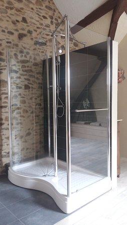 Les Clarines: Chambre Eth Solè nouvelle douche