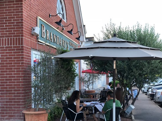 Brandani's Restaurant & Wine Bar: Outdoor patio with full service