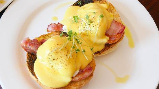 La Bella Vita: Eggs Benedict with Bacon