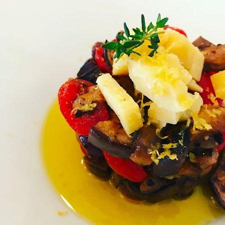 Burro Salato Bistrot Crepes Et Galettes: Insalata di melanzane grigliate, datteri rossi e gialli e formaggio Comté profumata al limone e