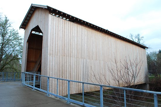 Dorena, Oregón: Very tall covered bridge, once to allow locomoive trains to cross the river/creek in downtown