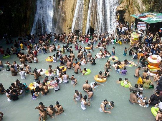Kempty Falls: Crowded place