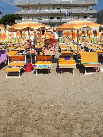 Acque Basse: Vista dalla spiaggia si vede la difficoltà di raggiungere la spiaggia dalle file dietro
