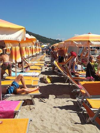 Ceriale, Italie : Vista laterale se si apre il lettino si finisce sui piedi della fila che segue