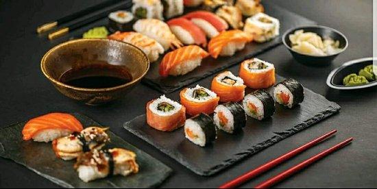 Wakame Sushi Bar & Grill: Toute une gamme de sushi proposé sur un tapis roulant.