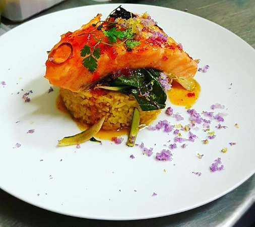 Restaurant Pania: Un beau saumon mi-cuit qui fond sous la bouche avec son riz snacké 😋