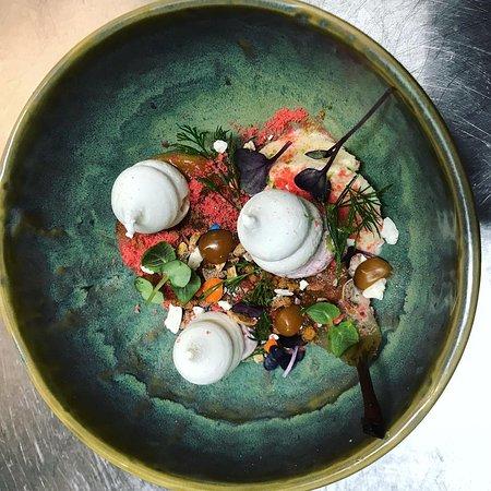 Restaurant Pania: Quel dessert envoûtant cette poire pochée à la cannelle et à la vanille ! 🤤