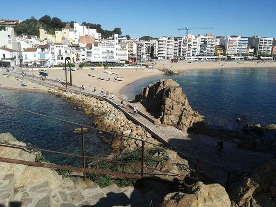 Playa de S'Abanell: Widok ze skały w kierunku miasta
