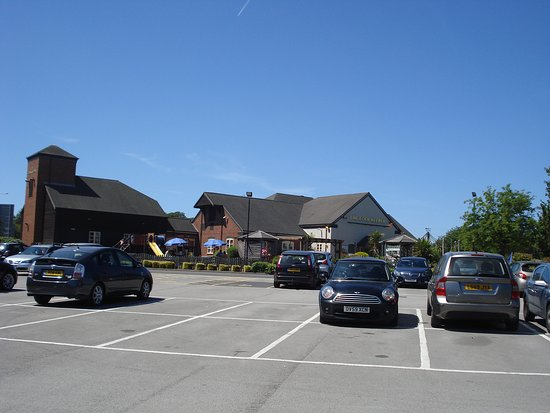 Lock Keeper by Marston's Inns: Hotel and car park.