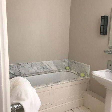 The New Inn: Pimlico Main building.  Large room & spacious en suite bathroom. Furnishings & decor in keeping