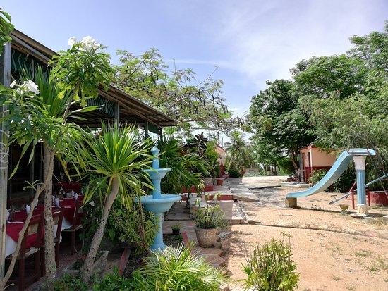 Caimito, Cuba: A la izquierda el restaurante, en el fondo el área de parqueo