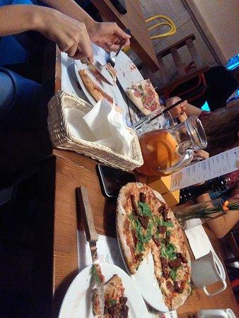 Fabryka Pizzy: Po lewej pizza na zwykłym cieście, a po prawej na razowym
