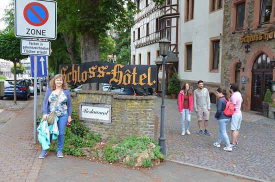 Braunfels, Alemanha: El Hotel está al lado del Castillo. El auto se estaciona en el Hotel y se camina al Castillo.l