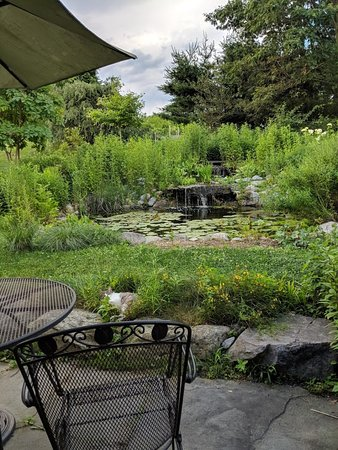Kempton, PA: Pond with table and chairs