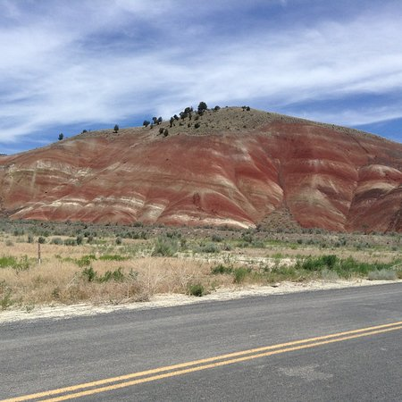 John Day Fossil Beds National Monument: Red hues from main road