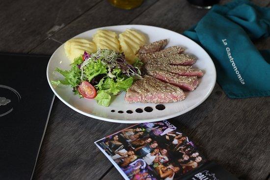 La Gastronomia Bali: Filetto di Tonno - tuna steak, mixed salad, mashed potato