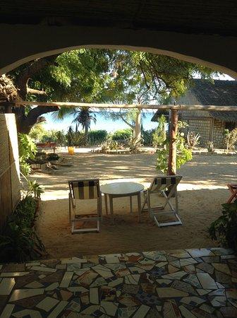 Villa Maroloko: devant les terrasses des bungalows face au lagon