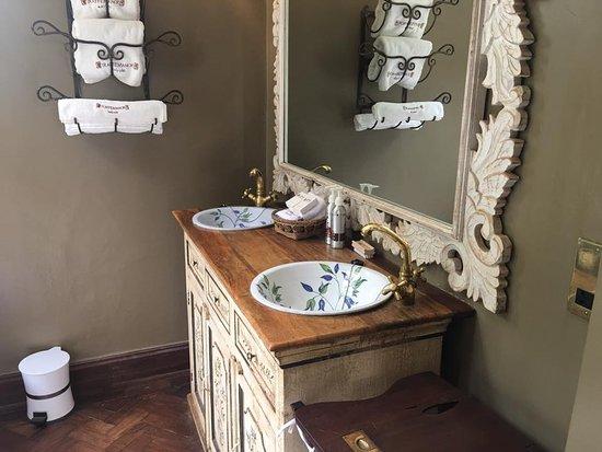 Giraffe Manor: Bathroom of Daisy's Room
