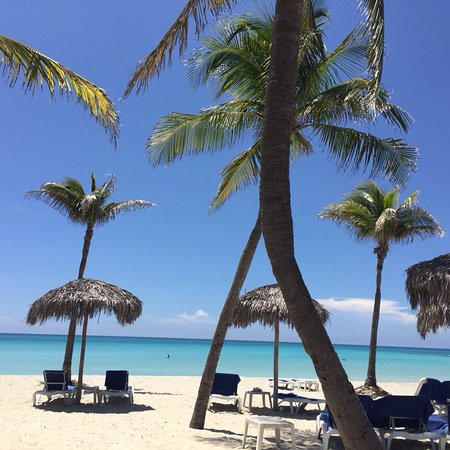 Paradisus Varadero Resort & Spa: Amaizing beach . The water is like in swimmingpool . Beautifull Rooms are ok. Services not for 5