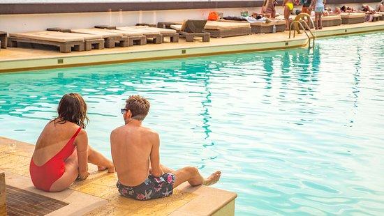Reverse Pool & Beach Lounge: Partilhe os melhores momentos com os seus amigos em frente à piscina